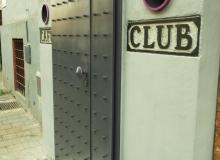 Vstupní dveře do baru